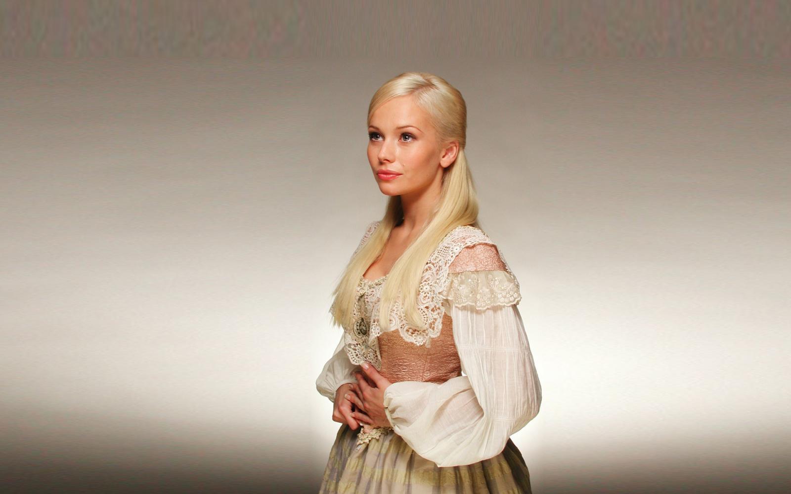 Возле московской IKEA  обокрали актрису Елену Корикову