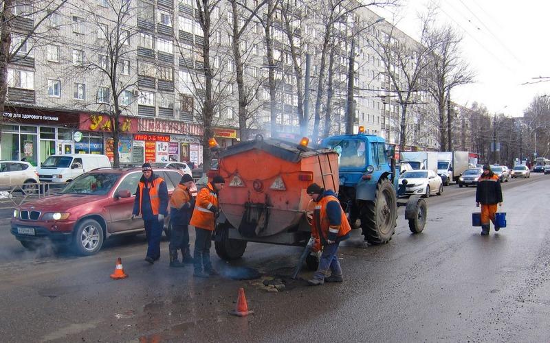 В Брянске продолжается ямочный ремонт дорог