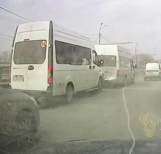 Столкновение двух маршруток в Брянске попало на видео