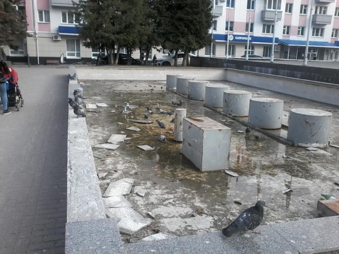 На площади Партизан в Брянске разрушается фонтан