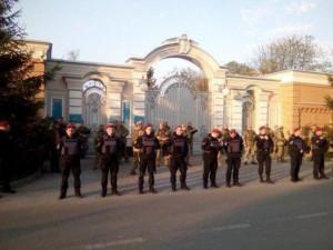 Резиденцию Порошенко под Киевом окружили несколькими кордонами силовиков