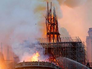 Горит Собор Парижской Богоматери. Крыша обрушилась