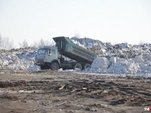 За свалку грязного снега на берегу озера чиновнику сделали замечание