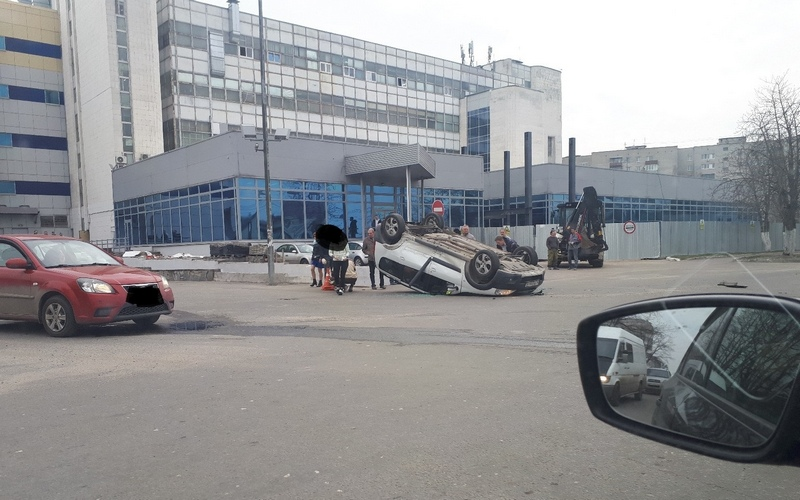 В Брянске возле ТРЦ «Бум-сити» перевернулся автомобиль