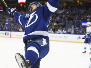 Лучший россиянин в НХЛ ударил соперника, упавшего на колени
