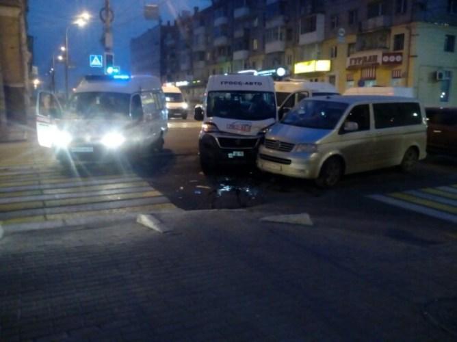 В Брянске на проспекте Ленина столкнулись маршрутка и минивэн
