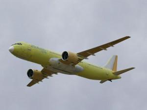 Пассажиры выбежали на крыло взлетавшего самолёта, испуганные выбросом пламени