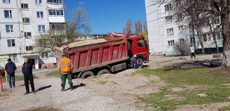 В Брянске грузовик с песком ушел под землю