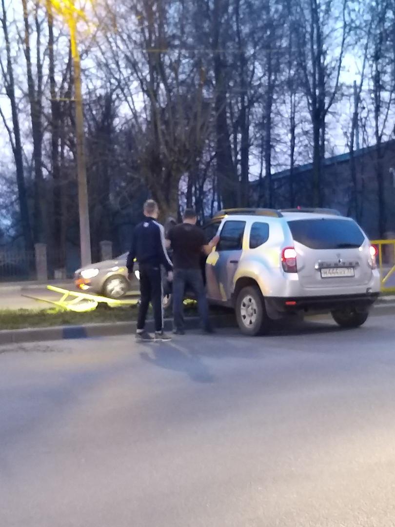 В Брянске на проспекте Станке Димитрова внедорожник снес ограждения