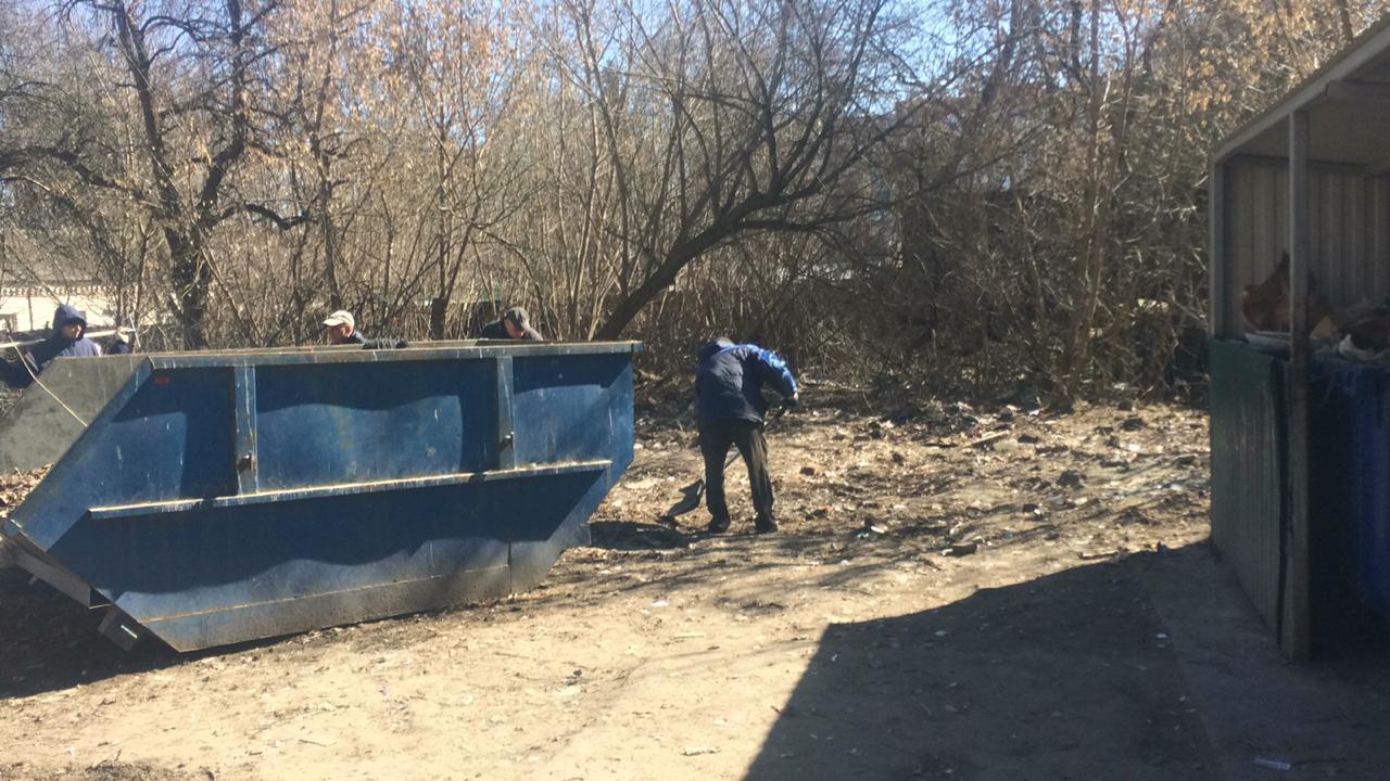 Брянские коммунальщики убрали свалку на улице Репина