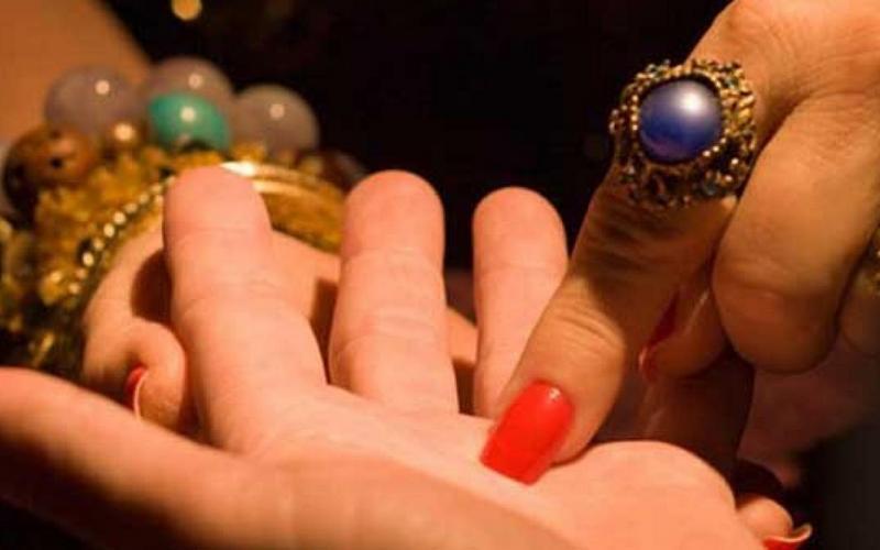 Брянская студентка отдала лжецелительнице золотые кольца