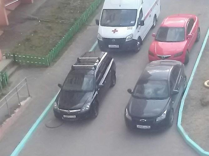 В Брянске на Новостройке автохам перекрыл дорогу машине «скорой помощи»