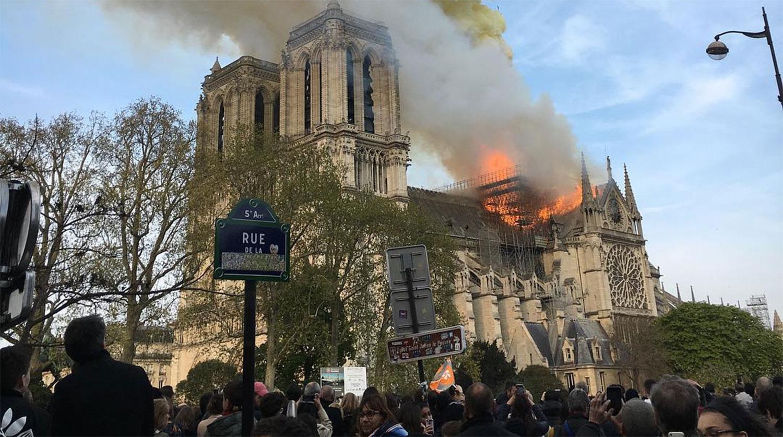 В Париже горит собор Нотр-Дам де Пари