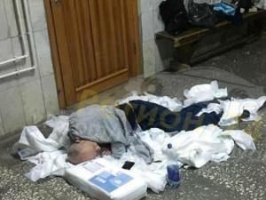 Спящий на куче подгузников в больнице мужчина был пьян и агрессивен