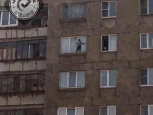 Ребенок гулял по карнизу окна на седьмом этаже