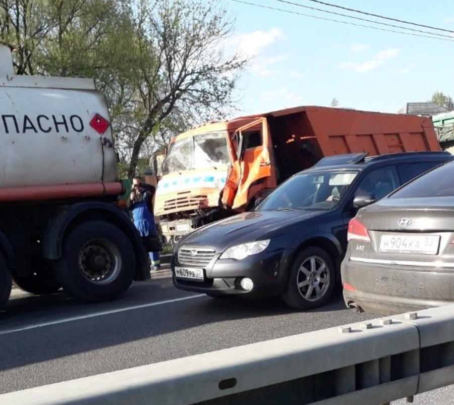 В Супонево КамАЗ протаранил иномарку