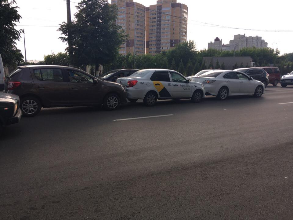 """В Брянске автомобиль """"Яндекс-такси"""" в прямом смысле оказался в центре ДТП"""