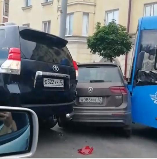 Врайоне Советского ЗАГСа вБрянске столкнулись автомобили иавтобус