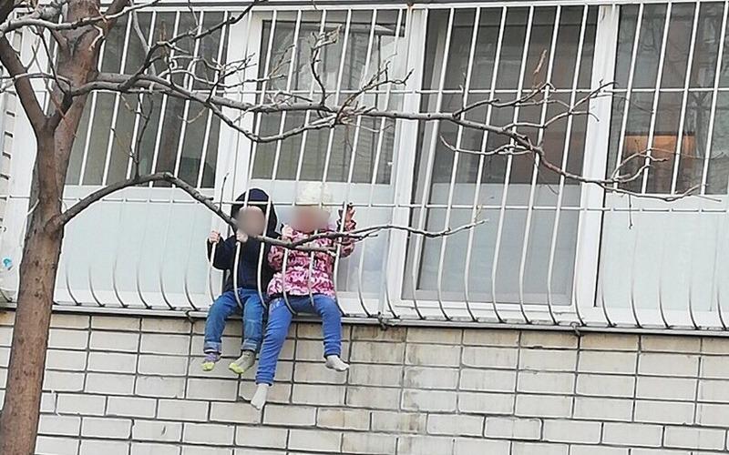 Брянцы обсуждают детей, повисших на балконе