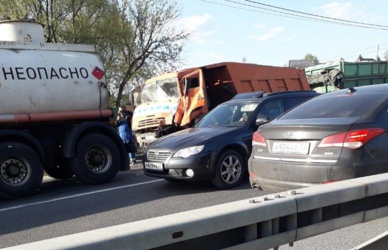 Серьезное ДТП на брянской трассе: «КамАЗ» врезался в бензовоз