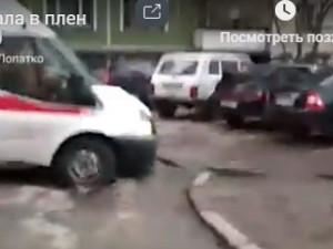 Машина скорой помощи провалилась в яму