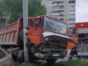 Неуправляемый «Урал» влетел в столб в Челябинске (видео)