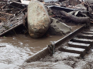 Видео уносящего машины и стадо селевого потока попало в Сеть
