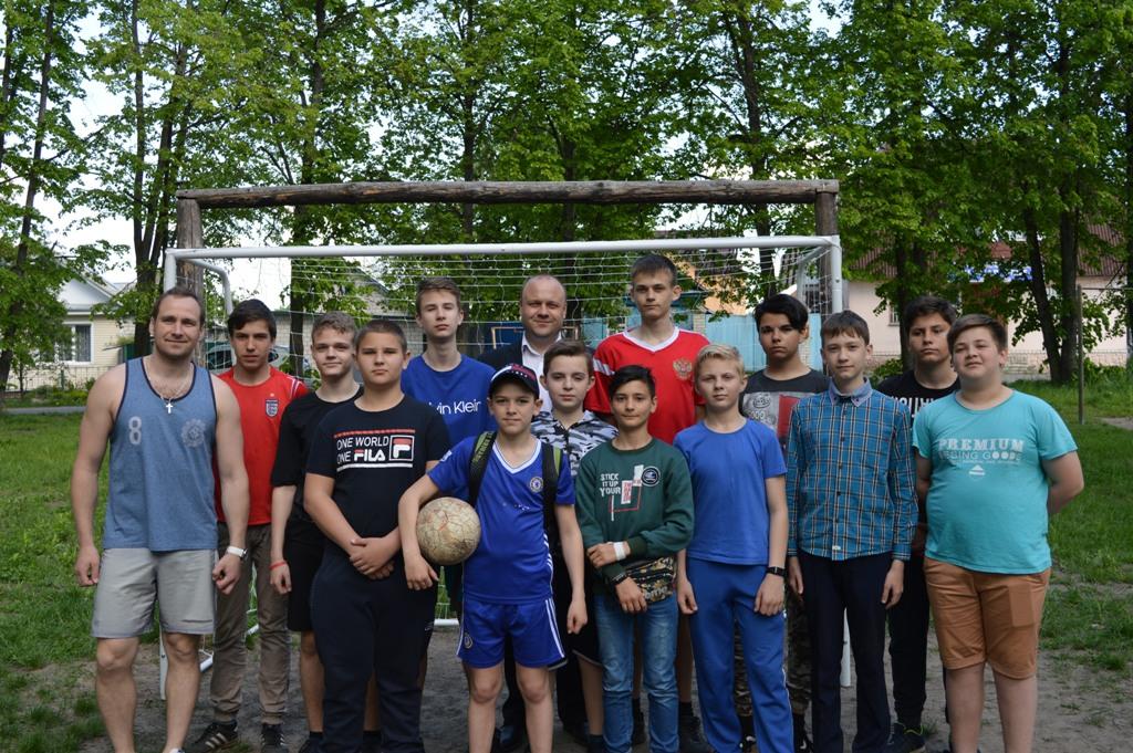 Брянский депутат подарил юным футболистам ворота