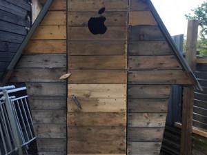 Туалет со знаком Apple появился в одном из садовых участков