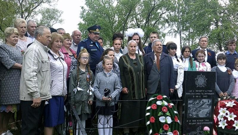 В Карачевском районе установили памятник неизвестному летчику