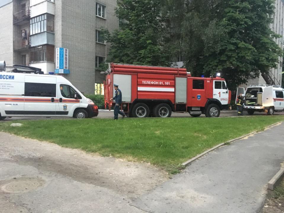 В Брянске на Костычева загорелось 9-этажное общежитие