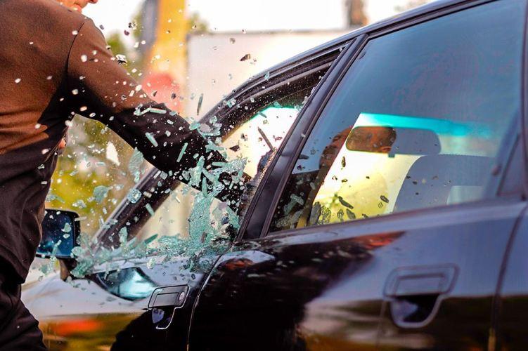 В Брянске из автомобиля украли телефон, деньги и регистратор