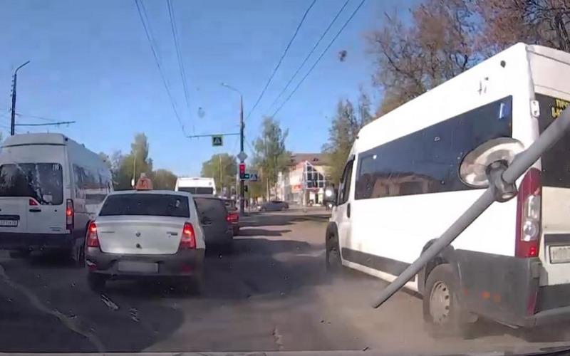 Брянского маршрутчика наказали за езду по обочине