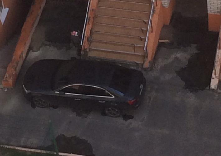 В Брянске автохам перекрыл вход в подъезд многоэтажки