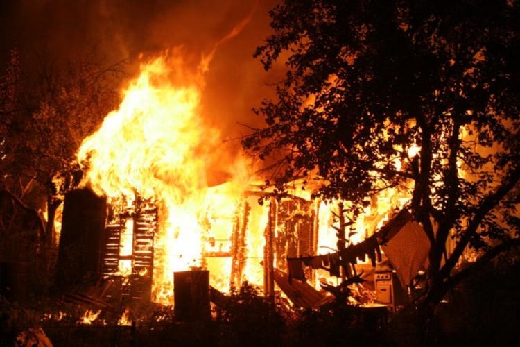 В Унече огонь охватил заброшенное здание