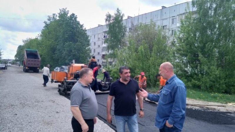 В Жуковке началось асфальтирование улицы Строителей
