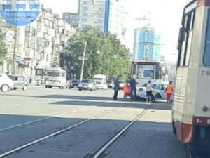 Трамваи остановились в центре Челябинска из-за аварии с «Яндекс.Такси»