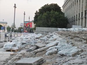Зачем опять разобрали гранитные плиты перед входом в Российскую библиотеку?
