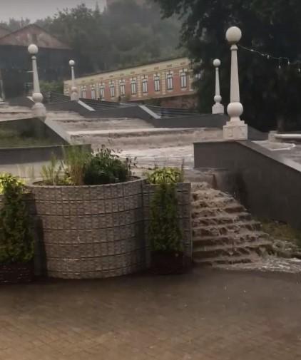 Вода по лестнице на бульваре Гагарина в Брянске потекла потопом