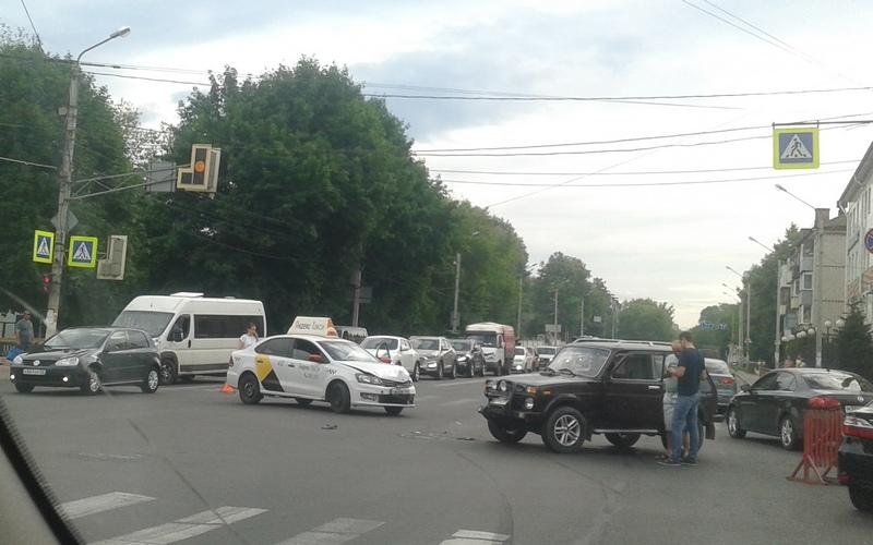 В Брянске случилось ДТП с участием такси
