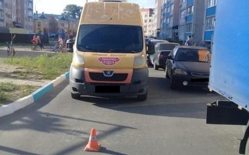 В Брянске во дворе микроавтобус Peugeot покалечил ребенка