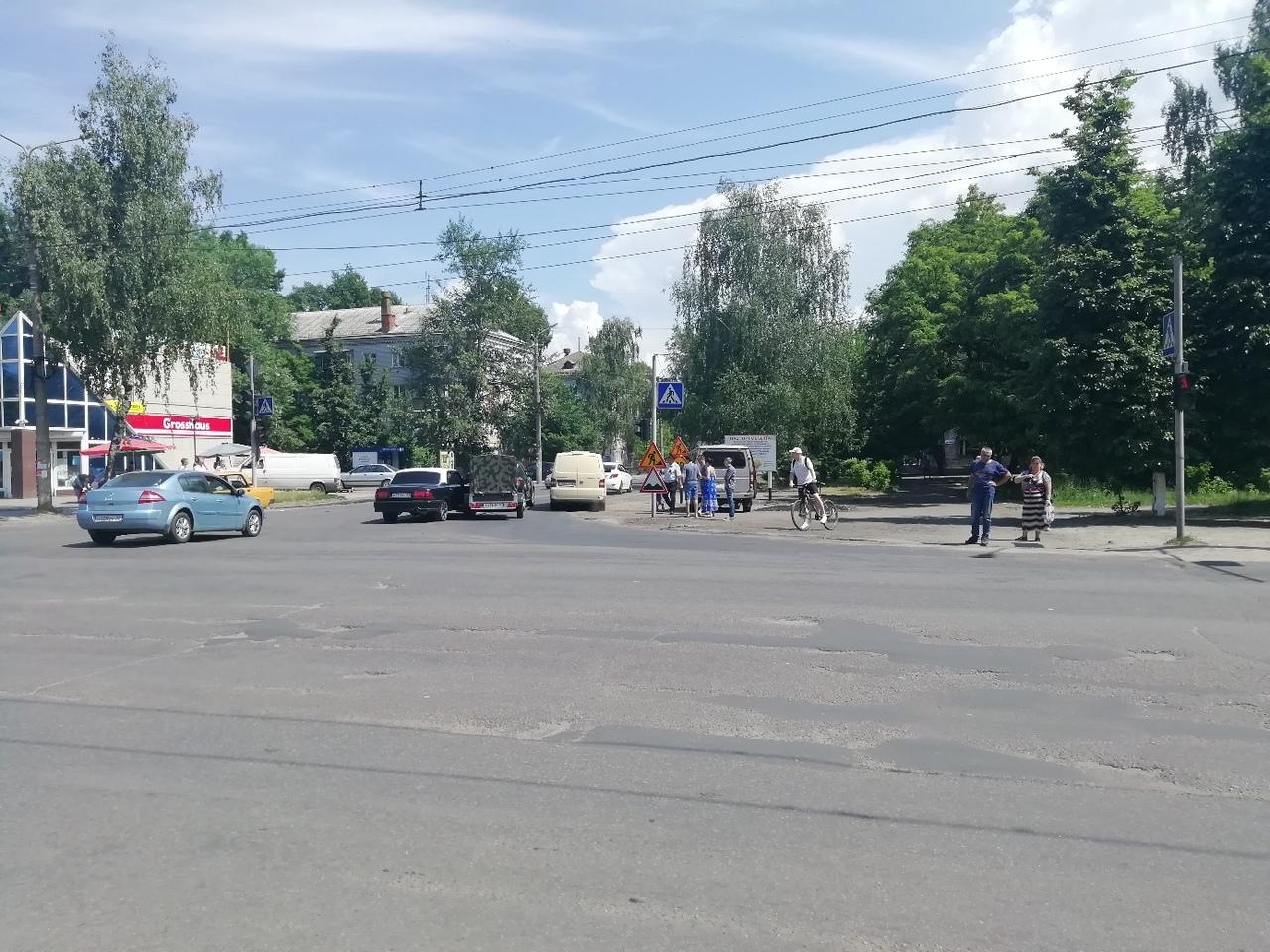 В Брянске на «Мечте» столкнулась иномарка и Волга
