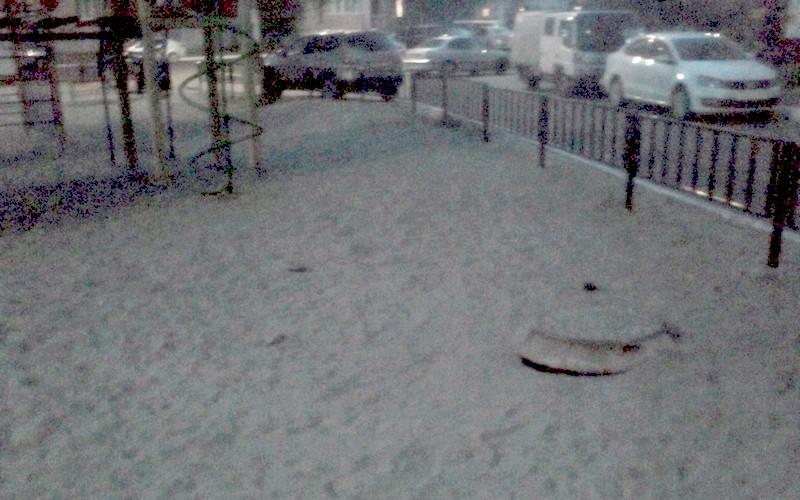 В Брянске возле детской площадки заметили опасный колодец