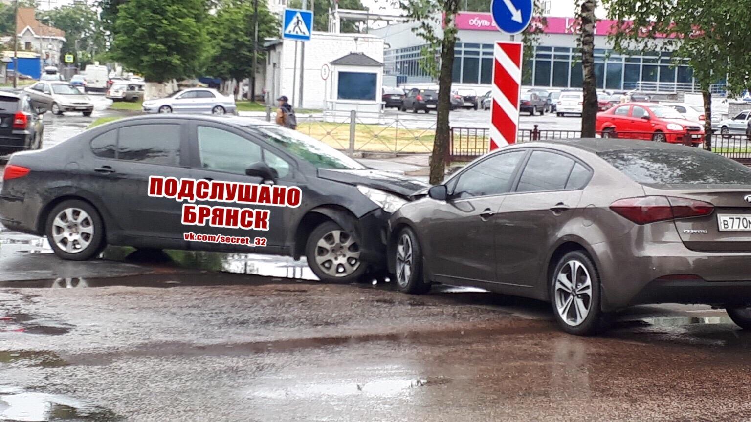 В Брянске возле ТРЦ «БУМ сити» произошла авария
