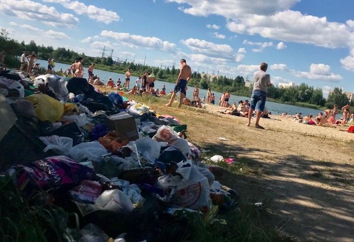 Жители Брянска засняли огромную кучу мусора на пляже