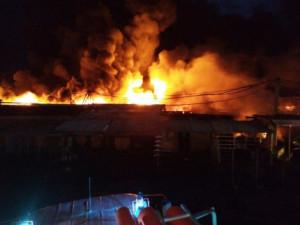 2300 квадратных метров ярмарки уничтожено огнем в Магнитогорске