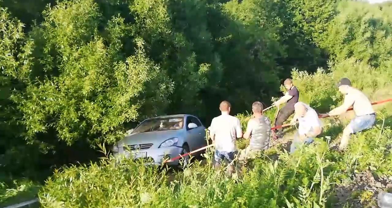 Брянцы вытащили машину из кювета