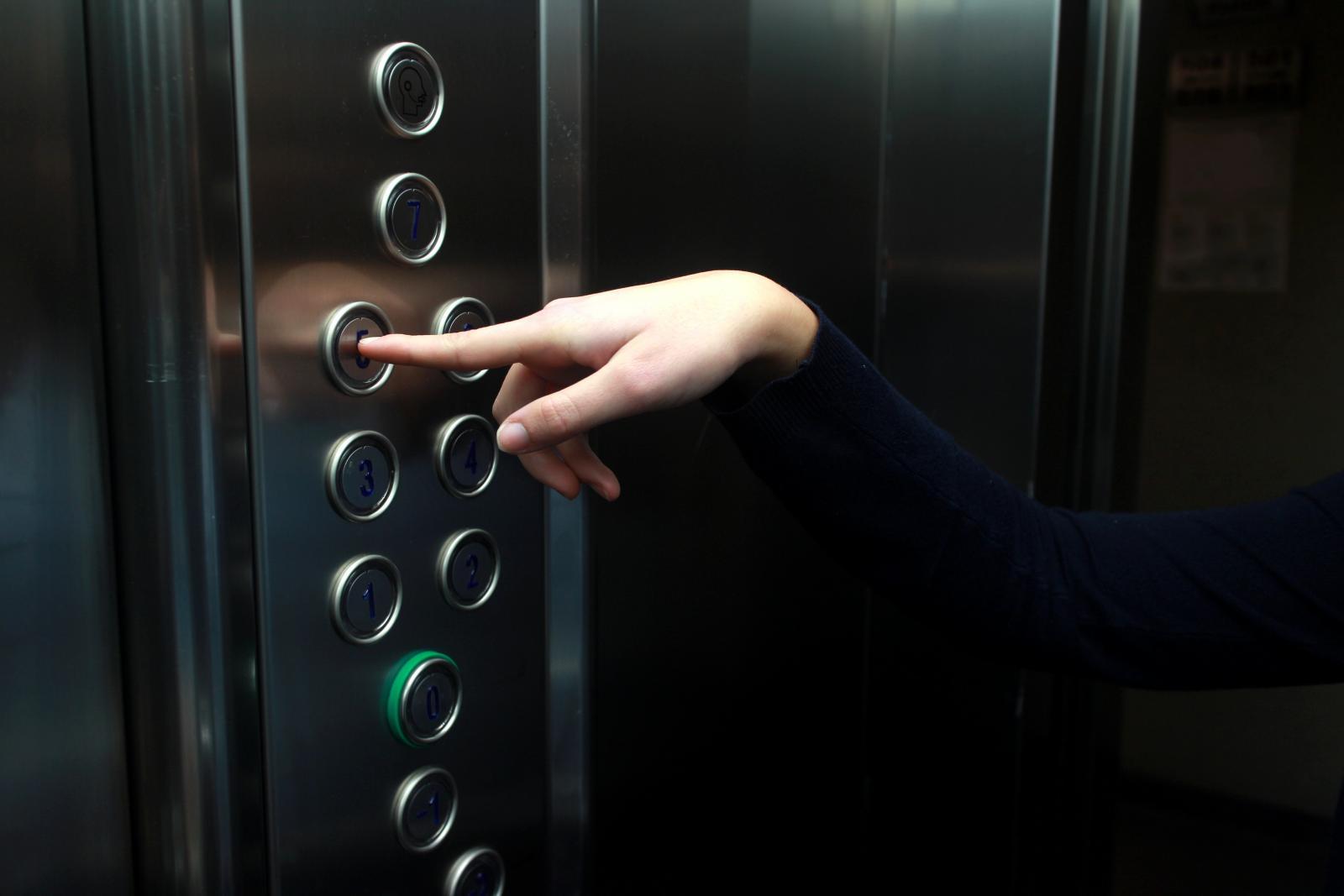Женщина просидела в лифте 27 часов и выжила благодаря вину
