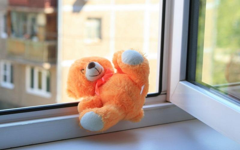 В Фокинском районе Брянска из окна на пятом этаже выпал ребенок