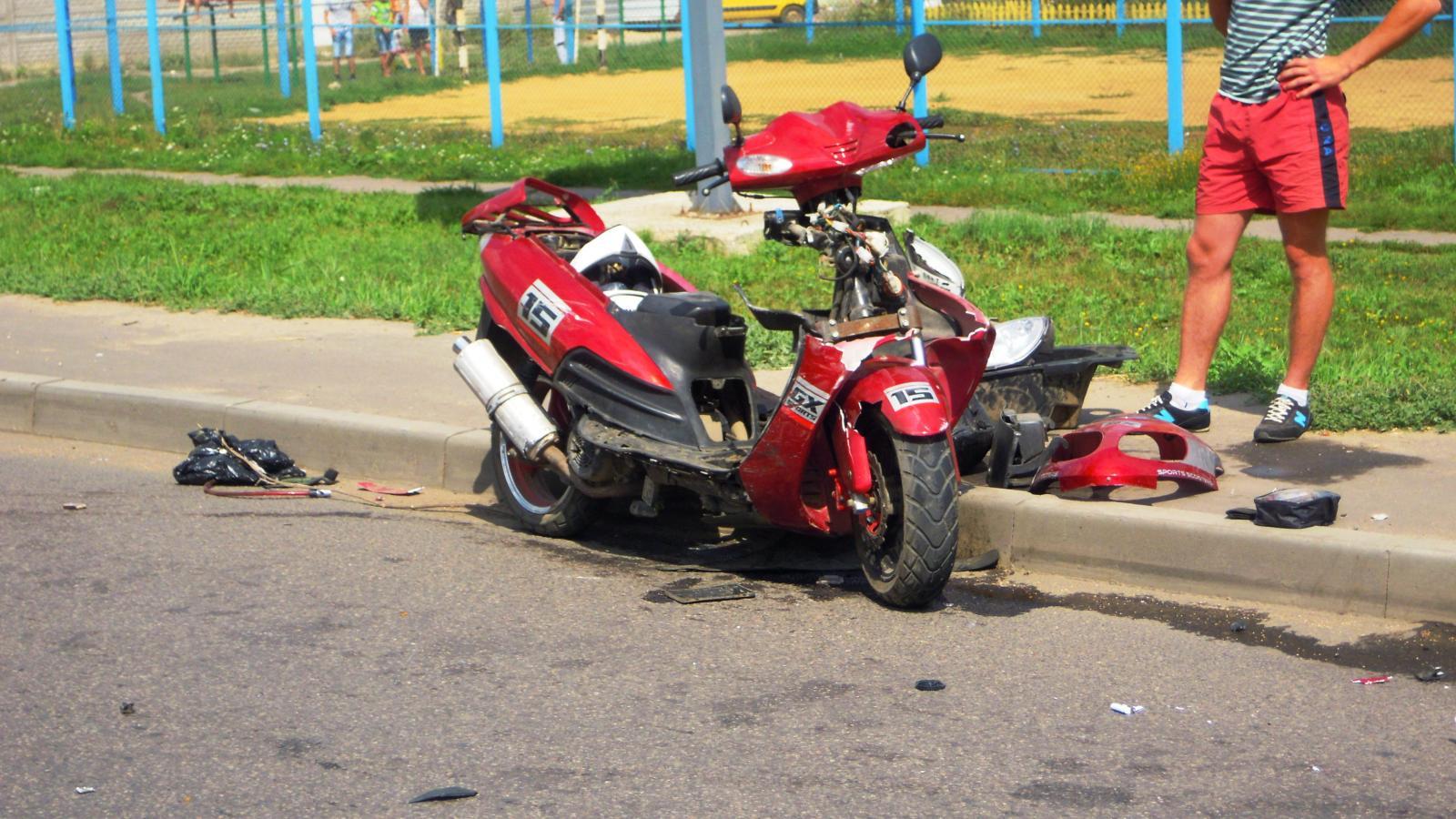 В Новозыбкове пенсионеры на скутере врезались в легковушку